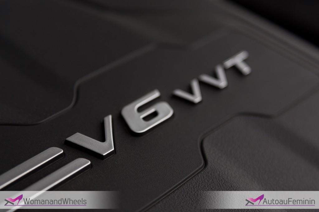 2015 Chrysler 200S sedan engine view