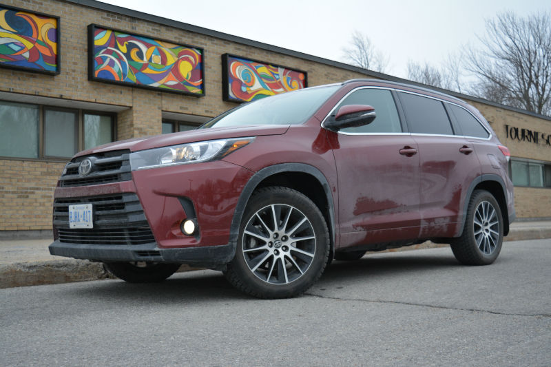 the brief 2017 toyota highlander se awd woman and wheels. Black Bedroom Furniture Sets. Home Design Ideas